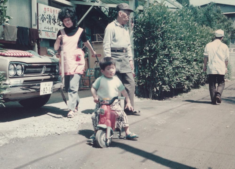 埼玉県深谷市 婦人服の縫製工場の長男として生まれる